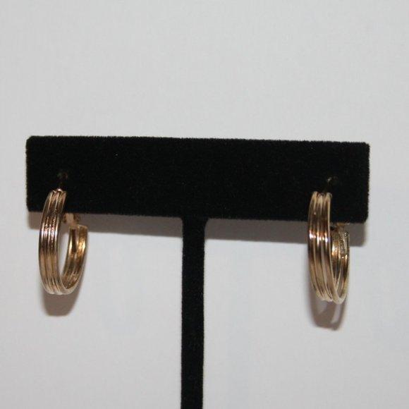 """Beautiful nwot gold hoop earrings .75"""""""